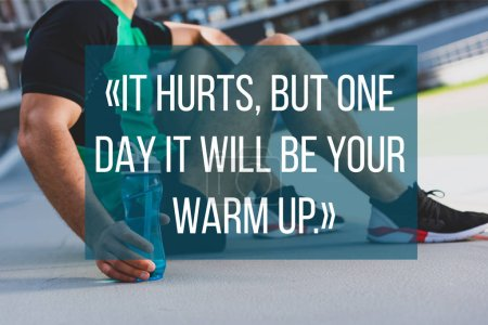 Photo pour Vue recadrée du sportif assis avec de l'eau sur la piste de course avec elle fait mal, mais un jour ce sera votre lettrage échauffement - image libre de droit