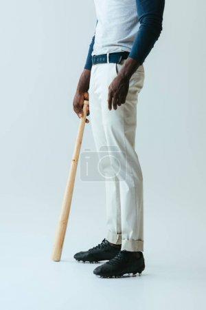 Photo pour Vue recadrée du sportif américain africain avec la batte de base-ball sur le fond gris - image libre de droit