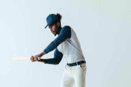 Photo pour Sportif américain africain sérieux jouant au base-ball d'isolement sur le gris - image libre de droit