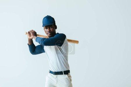 Photo pour Beau sportif américain africain jouant au base-ball d'isolement sur le gris - image libre de droit