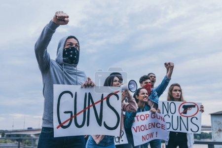 Foto de Grupo multicultural emocional de personas gritando y gestimando mientras sostiene carteles - Imagen libre de derechos