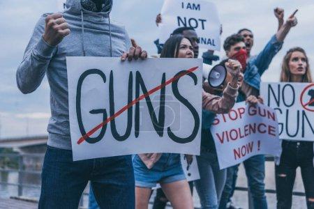 Foto de Vista recortada de personas multiculturales sosteniendo carteles con letras - Imagen libre de derechos