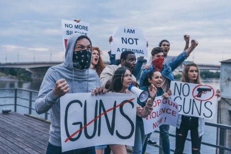 Foto de Personas multiculturales sosteniendo pancartas mientras gestuan durante la protesta - Imagen libre de derechos