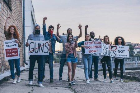 neuf personnes multiculturelles gesticulant tout en tenant des pancartes