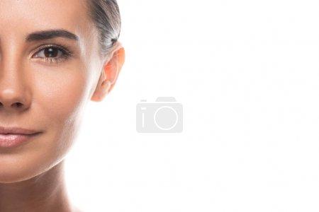 Photo pour Vue recadrée de jeune femme attirante regardant l'appareil-photo isolé sur le blanc - image libre de droit