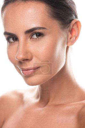 Photo pour Jeune femme nue de brunette regardant l'appareil-photo avec le sourire doucement isolé sur le blanc - image libre de droit