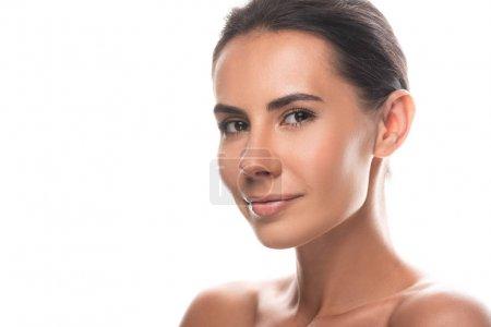 nackte brünette junge Frau blickt in die Kamera mit sanftem Lächeln isoliert auf weiß