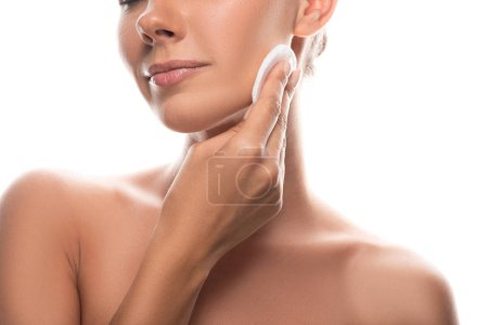 Photo pour Vue recadrée de jeune femme nue utilisant le tampon de coton isolé sur le blanc - image libre de droit