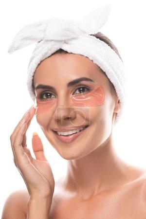 Photo pour Jeune femme nue dans la bande cosmétique de cheveux avec des corrections d'oeil souriant d'isolement sur le blanc - image libre de droit