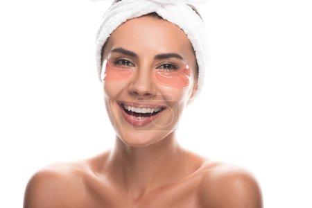Photo pour Vue avant de la jeune femme nue dans la bande cosmétique de cheveux avec des corrections d'oeil souriant d'isolement sur le blanc - image libre de droit