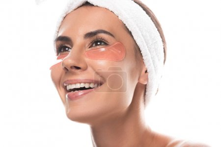 Photo pour Jeune femme dans la bande cosmétique de cheveux avec des corrections d'oeil souriant d'isolement sur le blanc - image libre de droit