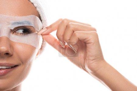 Photo pour Vue partielle de jeune femme nue dans la bande cosmétique de cheveux avec le sourire facial de masque d'isolement sur le blanc - image libre de droit