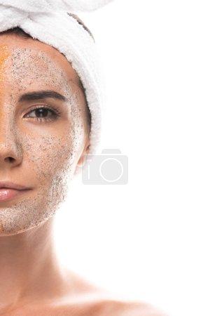 Photo pour Vue recadrée de jeune femme dans la bande cosmétique de cheveux avec le gommage sur le visage d'isolement sur le blanc - image libre de droit