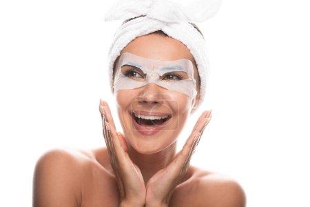 Photo pour Vue avant de la jeune femme nue de sourire dans la bande cosmétique de cheveux avec le masque facial d'isolement sur le blanc - image libre de droit