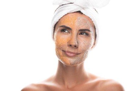 Photo pour Vue de face de jeune femme coûteuse en bande capillaire cosmétique avec gommage sur le visage isolé sur blanc - image libre de droit