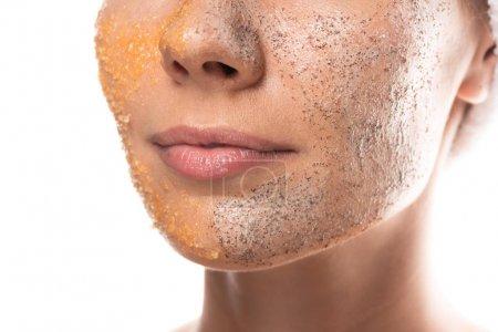 Photo pour Vue recadrée de jeune femme avec gommage sur le visage isolé sur blanc - image libre de droit
