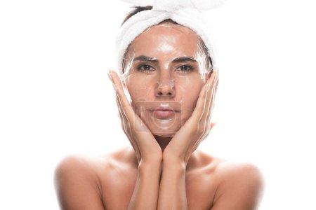 Photo pour Vue avant de la jeune femme nue dans la bande cosmétique de cheveux avec le masque facial d'isolement sur le blanc - image libre de droit