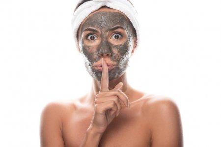 Photo pour Vue avant de la jeune femme nue étonnée dans la bande cosmétique de cheveux avec le masque d'argile sur le visage affichant le signe de silence d'isolement sur le blanc - image libre de droit