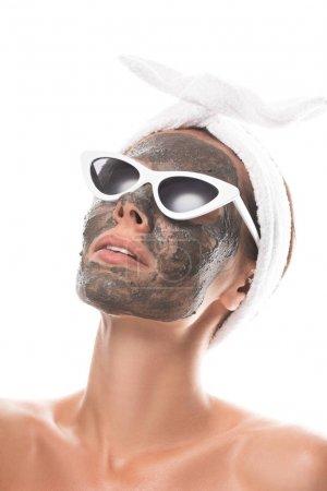Photo pour Jeune femme nue dans la bande cosmétique de cheveux et des lunettes de soleil avec le masque d'argile sur le visage d'isolement sur le blanc - image libre de droit