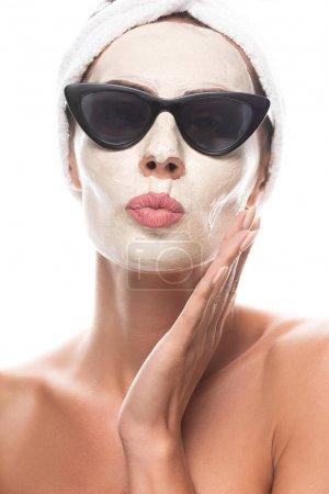 Photo pour Vue avant de la femme nue dans des lunettes de soleil avec le masque facial faisant l'expression de visage de baiser d'isolement sur le blanc - image libre de droit