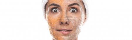 Photo pour Tir panoramique de la femme choquée dans la bande cosmétique de cheveux avec le gommage sur le visage isolé sur le blanc - image libre de droit