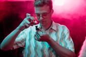 """Постер, картина, фотообои """"красивый человек освещения курение трубку с марихуаной в ночном клубе"""""""