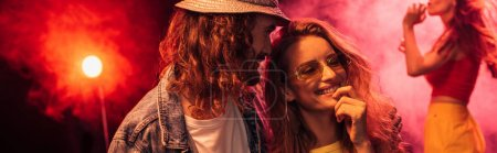 Photo pour Plan panoramique de l'homme et belle jeune femme heureuse lors de la fête rave dans la boîte de nuit - image libre de droit