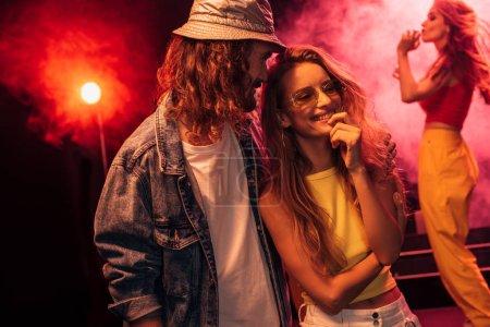 Photo pour Homme et belle jeune femme heureuse pendant la fête de rave dans la boîte de nuit - image libre de droit
