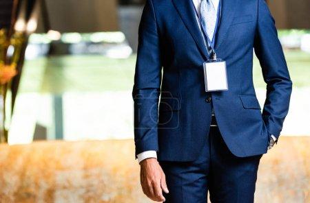 Photo pour Vue recadrée de l'homme d'affaires en costume avec la main dans la poche - image libre de droit