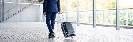 Photo pour Prise de vue panoramique de l'homme d'affaires en tenue formelle valise - image libre de droit