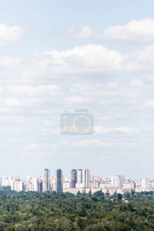 Foto de Urban scene with trees in city park, skyscrapers and buildings - Imagen libre de derechos