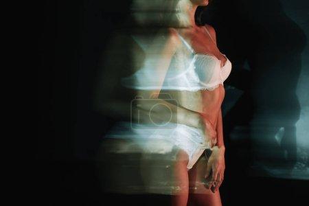 Foto de Desenfoque de movimiento de la chica en encaje lencería blanca en negro - Imagen libre de derechos