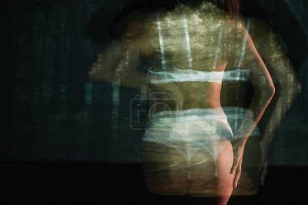 Foto de Larga exposición de chica sexy de pie en encaje lencería blanca cerca de los árboles - Imagen libre de derechos