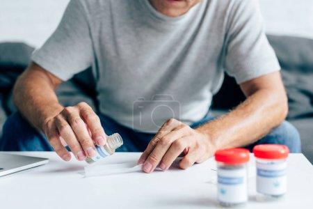 Photo pour Vue recadrée de l'homme dans le t-shirt faisant émoussé dans l'appartement - image libre de droit