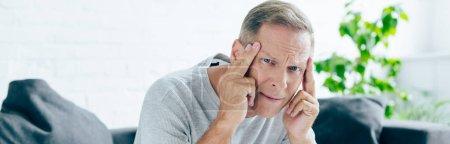 plan panoramique de bel homme avec mal de tête dans l'appartement