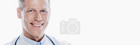 Photo pour Prise de vue panoramique de beau médecin en manteau blanc regardant la caméra isolée sur blanc - image libre de droit