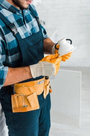 Photo pour Vue recadrée de l'homme barbu retenant l'entonnoir dans la cuisine - image libre de droit