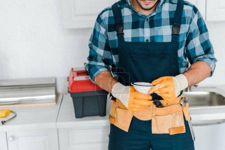 Foto de Vista recortada del hombre barbudo sosteniendo embudo en la cocina - Imagen libre de derechos
