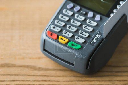 Foto de Primer plano del lector de tarjetas de crédito en la mesa de madera - Imagen libre de derechos