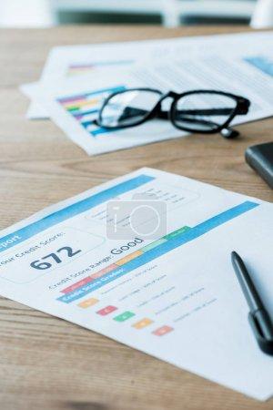 Photo pour Foyer sélectif de lunettes près du document avec des lettres de crédit et carnet de notes - image libre de droit