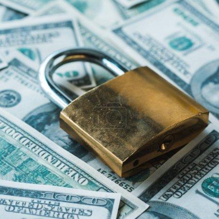 Photo pour Fermeture du cadenas métallique sur les billets en dollars - image libre de droit