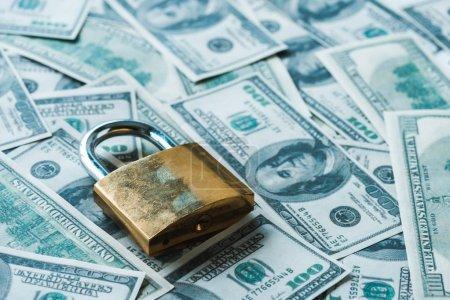 Photo pour Focalisation sélective du cadenas métallique sur les billets en dollars - image libre de droit