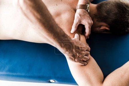 Photo pour Vue aérienne de l'homme faisant massage au patient torse nu - image libre de droit