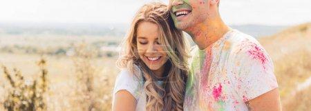 Foto de Foto panorámica de la mujer atractiva y el hombre sonriendo y abrazando fuera - Imagen libre de derechos