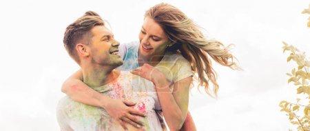 Photo pour Plan panoramique de bel homme piggyback sa petite amie souriante et attrayante - image libre de droit