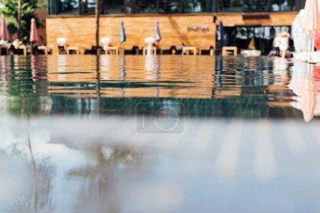 Photo pour Foyer sélectif de la piscine à la station dans la journée ensoleillée - image libre de droit