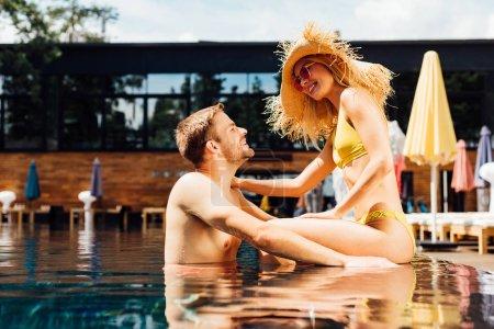 Photo pour Couples heureux sexy dans la piscine dans le jour ensoleillé - image libre de droit