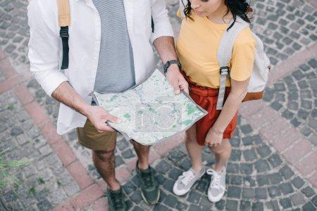 Photo pour Vue aérienne de la femme debout près de l'homme avec carte - image libre de droit
