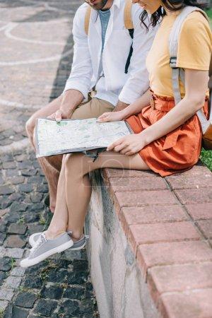 Ausgeschnittene Ansicht von Mann und Frau mit Landkarte