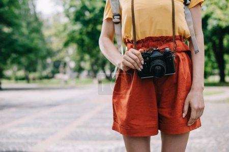 Foto de Vista recortada de la chica de pie y la celebración de la cámara digital fuera - Imagen libre de derechos